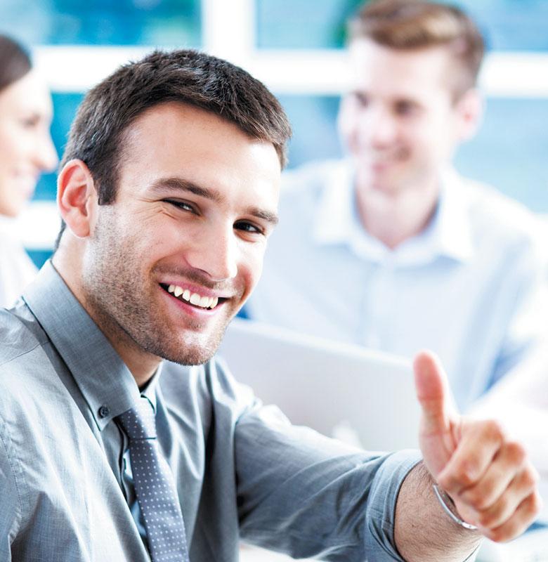 Hombre en oficina sonriendo con pulgar hacia arriba